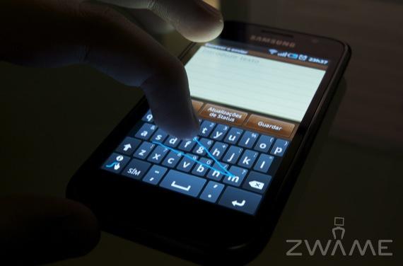 """Exemplo de escrita no teclado Swype, a acabar a escrita da palavra """"ZWAME""""."""